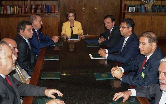 Dilma Rousseff recebe prefeitos em reunião contra impeachment (Foto: Wilson Dias / Agência Brasil)