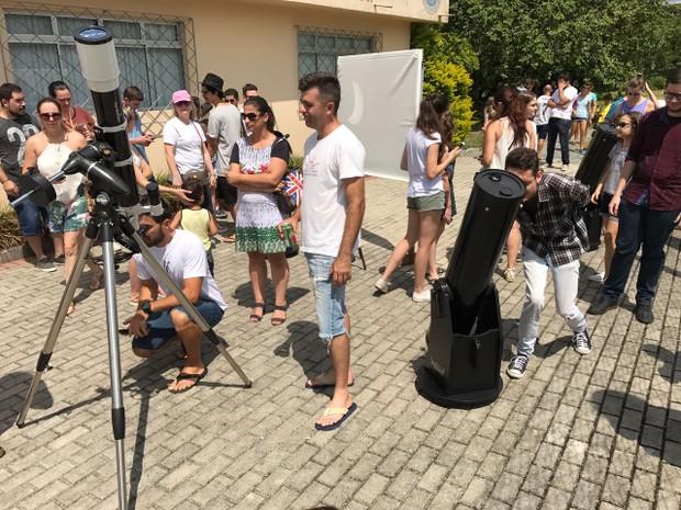 Moradores de Brusque reuniram em observatário para ver eclipse (Foto: Fabiano Correia/RBS TV)