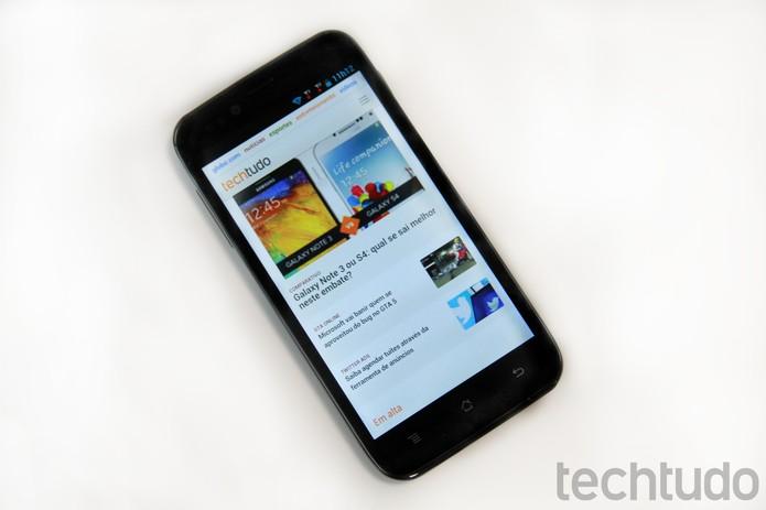 CCE Motion.Plus SK504 tem o design parecido com os Galaxy da Samsung (Foto: Luciana Maline/ TechTudo)