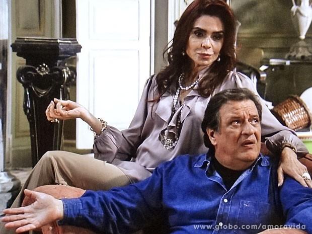 Gigi diz que não deve conhecer Márcia, pois é rica, refinada (Foto: Amor à Vida/ TV Globo)