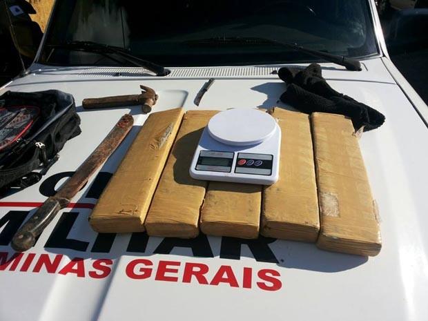 Polícia apreende 6 quilos de maconha em bairro de Lavras (Foto: Polícia Militar)