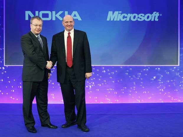 O CEO da Nokia, Stephen Elot (à esquerda), cumprimenta o CEO da Microsoft, Steve Ballmer, durante o anúncio da aquisição da companhia. (Foto: Luke Macgregor / Reuters)