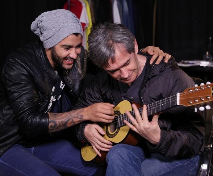 Gusttavo Lima tenta ensinar Serginho Groisman a tocar viola caipira (Foto: Carol Caminha/Gshow)