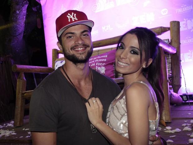 Anitta com Victor Sparapane no lançamento do clipe 'Zen' em um quiosque na Zona Sul do Rio (Foto: Isac Luz/ EGO)