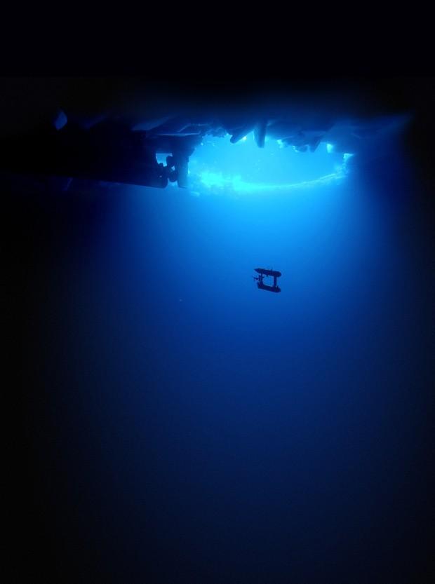 veículo subaquático autônomo SeaBED movimenta-se sob camada de gelo (Foto: Klaus Meiners, AAD/Peter Kimball, WHOI )