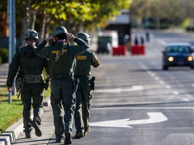 Homens da força especial Swat entram em campus da Universidade da Califórnia em que cinco pessoas foram esfaqueadas nesta quarta-feira (4) (Foto: (Andrew Kuhn/Merced Sun-Star via AP)