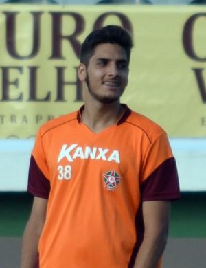 Além de integrar a Seleção Universitária, o zagueiro Carlos Alexandre pode fazer parte da equipe do Boa Esporte quando retornar (Foto: Régis Melo)
