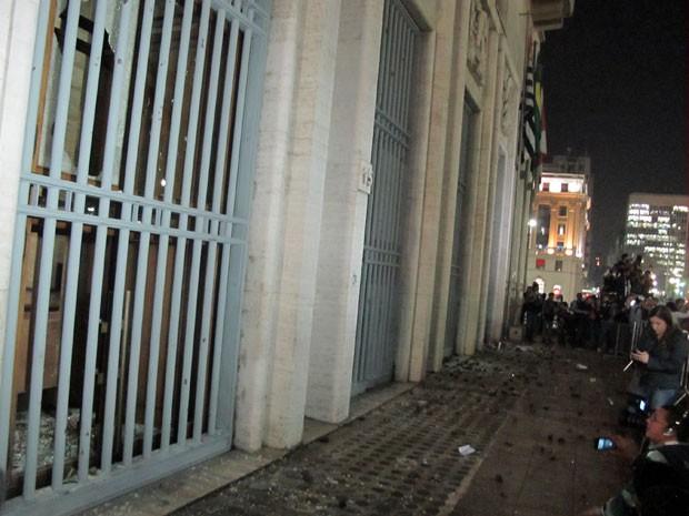 Vidros da fachada da prefeitura foram quebrados e chão ficou repleto de pedras (Foto: Darlan Alvarenga/G1)