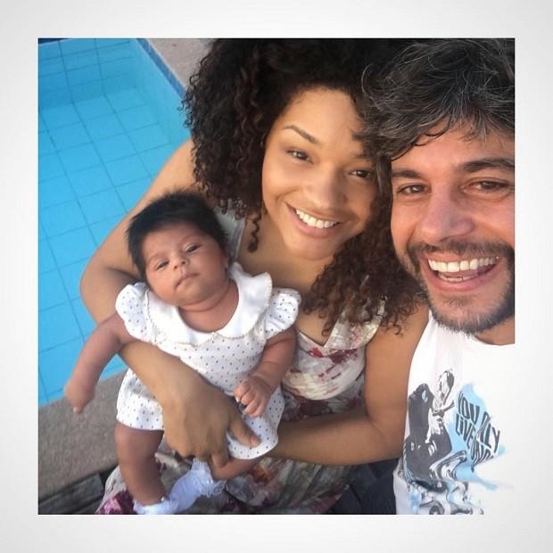 Juliana Alves com Ernani Nunes e Yolanda (Foto: Reprodução/Instagram)