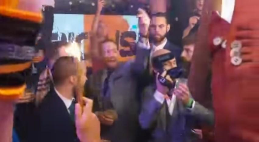 """BLOG: McGregor canta """"F***-se Donald Trump"""" na festa de comemoração após UFC NY"""