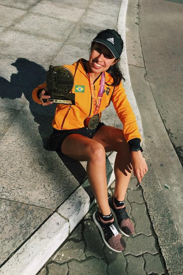 Larissa Gargaro, repórter da Vogue, após concluir a 34ª Maratona de Porto Alegre (Foto: Divulgação)