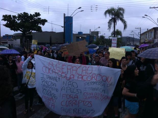 Manifestantes fazem protesto em Itanhaém, SP (Foto: Luiz Linna/TV Tribuna)