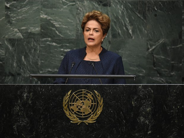 Dilma anuncia meta de redução de gases (Foto: Timothy A. Clary/AFP)