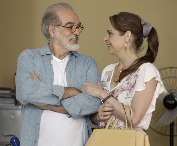 Carolina se emociona com o que ouve de advogado (Foto: TV Globo)