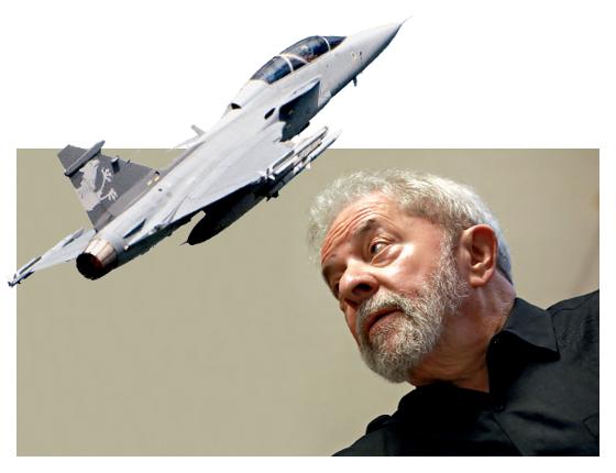Ex-presidente Luiz Inácio Lula da Silva e caça Gripen NG (Foto: Rodrigo Paiva/Estadão Conteúdo)