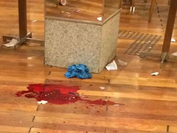 Testemunha registrou sangue no chão do Park Shopping, em Campo Grande (Foto: Enviado por Whatsapp)