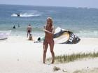 Giovanna Ewbank e Bruno Gagliasso praticam stand up paddle na praia