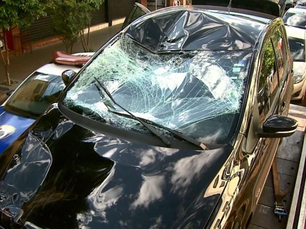 Carro ficou destruído após acidente em que ciclista morreu em Ribeirão Preto, SP (Foto: Reprodução/EPTV)