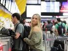 Ellen Rocche aparece praticamente sem maquiagem em aeroporto