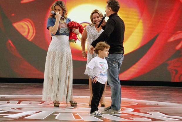 Claudia Leitte não segura a emoção na homenagem do Dia das Mães (Foto: Caldeirão do Huck/ TV Globo)