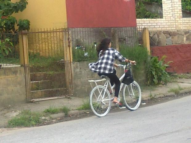 Mulher é flagrada pedalando 'bicicleta fantasma' no Canto da Lagoa (Foto: Diogo Honorato)