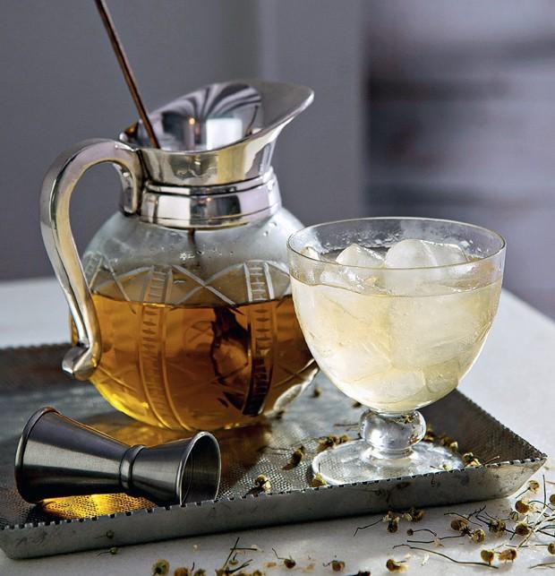Tea Tea Tea. Jarra Ideia Única, mexedor Acervo Brutto, bandeja D. Filipa (Foto: Cacá Bratke / Editora Globo)