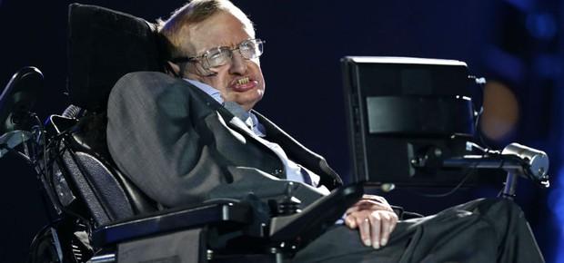 O físico britânico Stephen Hawking fez um discurso, com a ajuda do computador, durante a cerimônia de abertura da Paralimpíada (Foto: Matt Dunham/AP)
