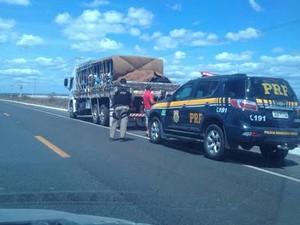 Polícia apreende dois caminhões com romeiros no interior do Ceará (Foto: Divulgação/PRF-CE)