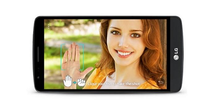 LG G3 Beat permite tirar selfies abrindo e fechando a mão na frente da câmera (Foto: Divulgação/LG)