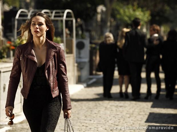 Leila sente o golpe e fraqueja (Foto: Amor à Vida/ TV Globo)