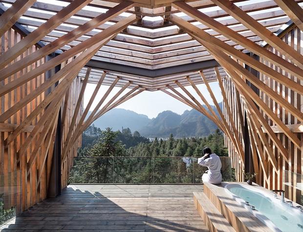 O terraço com deque ganhou uma banheira com vista para a natureza (Foto: Bowen hou/Divulgação)