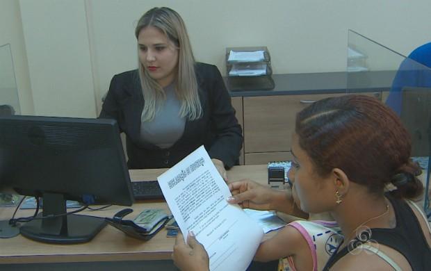 A estudante Deise Kelly Soares fazendo o registro de nascimento do seu filho. (Foto: Reprodução/TV Amapá)