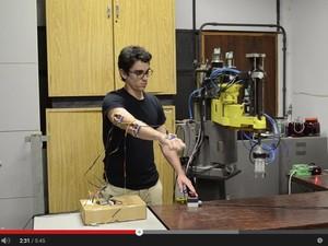 Vídeo feito por Vinicius mostra como o braço mecânico imita os movimentos (Foto: Reprodução/YouTube)