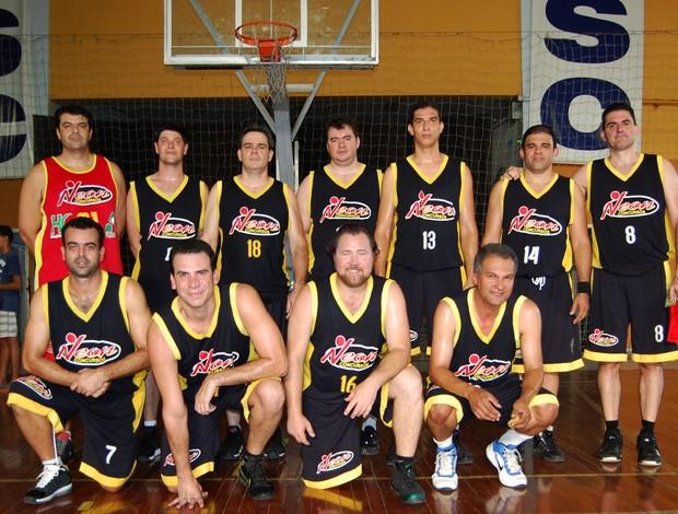 Equipe do Neon Concursos A, que disputa a Copa Sesc master de basquete (Foto: Divulgação)