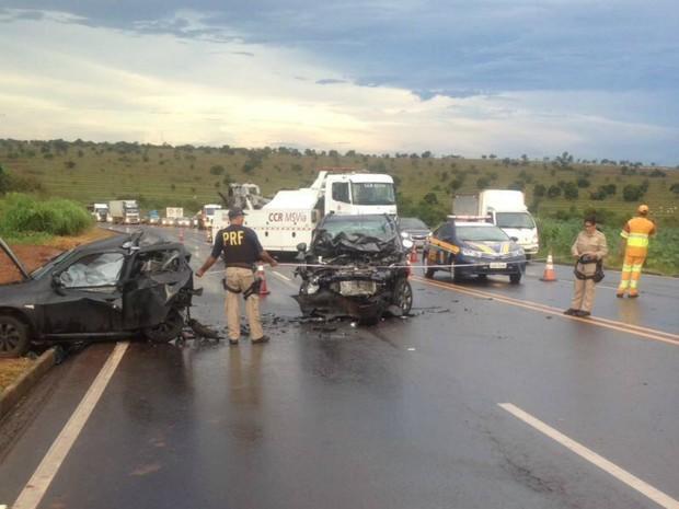 Segundo a polícia, carro teria rodado na pista e outro teria colidido na traseira (Foto: PRF/Divulgação)