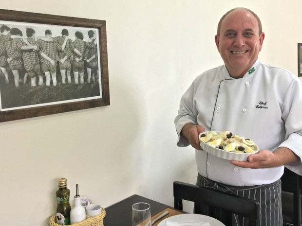Ex-dentista, chef de cozinha José Caliman Neto decorou o consultório com cartões-postais que trouxe da Europa (Foto: Thainá Paz/ G1)