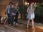 Xuxa janta com Sasha e Junno em shopping do Rio