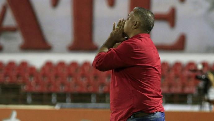 Ademir Fonseca entrega o cargo após a derrota para o Globo-RN (Foto: Ailton Cruz / Gazeta de Alagoas)