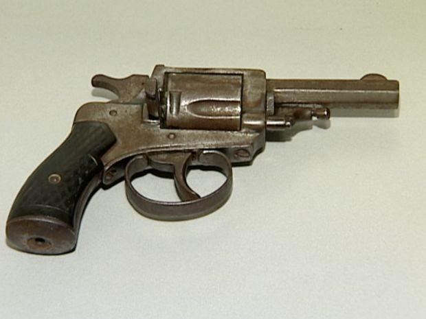 Arma utilizada pelo suspeito ao render a jovem. (Foto: Reprodução/TV Gazeta)