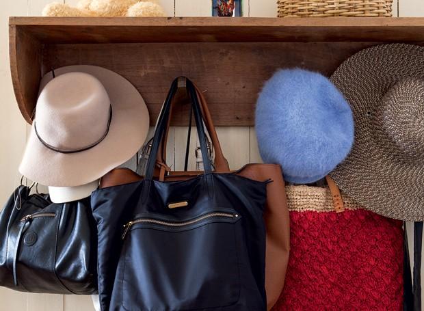 d68f538e6 Chapelaria | Instalada no quarto e garimpada por Ivana, guarda-bolsas,  chapéus e