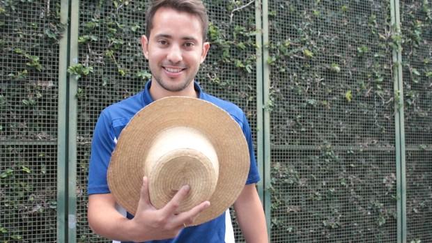 Éverton Ribeiro posa com chapeu (Foto: Mauricio Paulucci / Globoesporte.com)