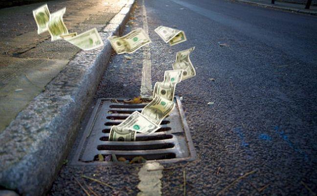 Dinheiro indo pelo ralo (Foto: Arquivo Google)