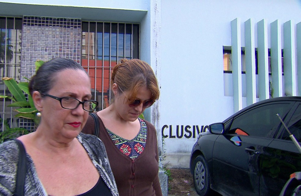Acompanhada da mãe, a blogueira Julia Salgueiro prestou depoimento na Delegacia de Casa Amarela, no Recife (Foto: Reprodução/TV Globo)
