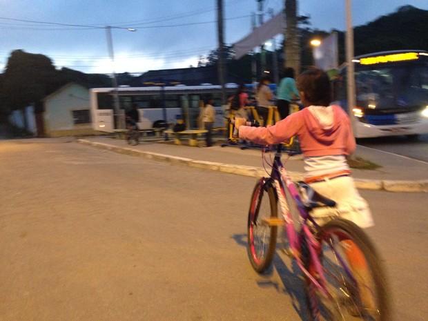 Menina anda de bicicleta pelas ruas de Engenheiro Marsilac (Foto: Glauco Araújo/G1)
