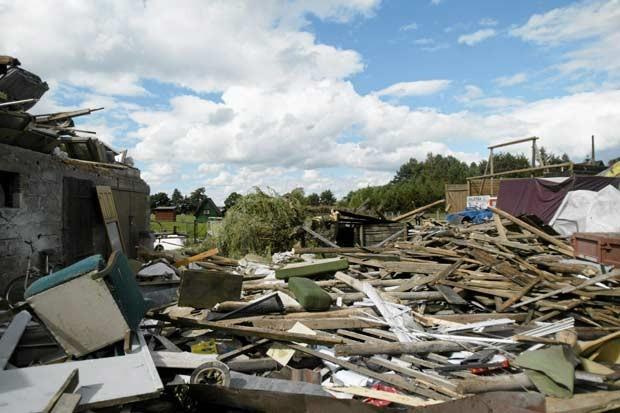 Casa destruída por tornado na cidade polonesa de Osia neste domingo (15) (Foto: Reuters)