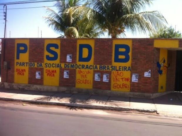 Sede do PSDB em Juazeiro do Norte amanhace pichada: não vai ter golpe (Foto: Arquivo pessoal)