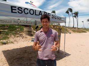 O surfista campeão baiano júnior e profissional, Armando Daltro, na praia de Jaguaribe, em Salvador (Foto: Denise Paixão/G1)