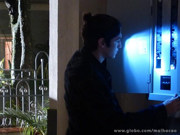 Antônio corta a luz do casarão e impede que Ben conte sobre namoro com Anita (Foto: Malhação / TV Globo)