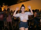 Viviane Araújo, com look transparente, samba embaixo de chuva no Salgueiro
