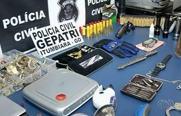 Objetos apreendidos com foragido da Justiça, em Goiás (Foto: Reprodução/ TV Anhanguera)